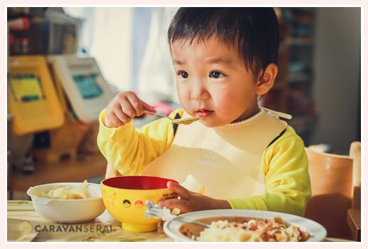 お昼ごはんを食べる2歳の男の子
