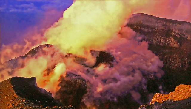 PATAGONIA - The volcano smokes ... and still smokes at sunset !!