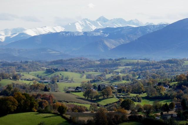 Coteaux du piémont béarnais et barrière des montagnes Pyrénées, chemin de Rébénacq, Bosdarros, Béarn, Pyrénées Atlantiques, Nouvelle-Aquitaine, France.