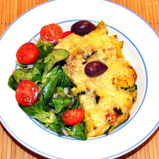 Kartoffel-Zucchini-Gratin mit Käse überbacken, dazu Feldsalat. Foto: Brigitte Stolle