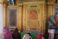 Women praying outside Nizamuddin Dargah