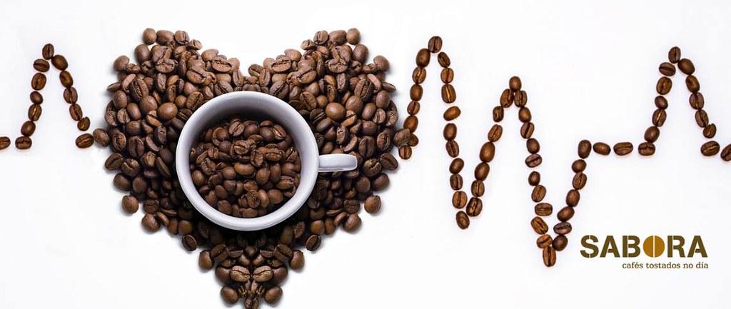 Cunca con café e grans de café representando unha gráfica  con corazón