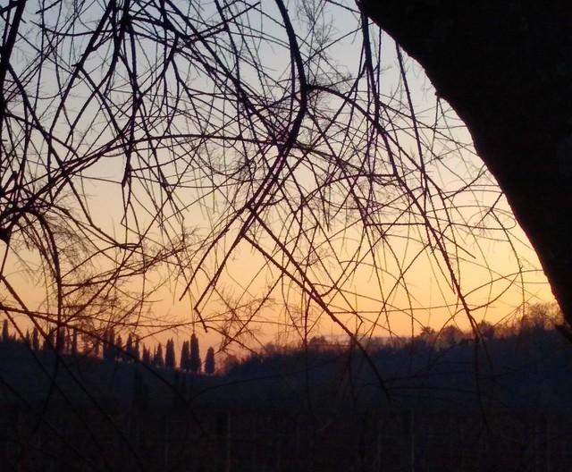 ...e di notte passare con lo sguardo la collina per scoprire..dove il sole va a dormire...🎶
