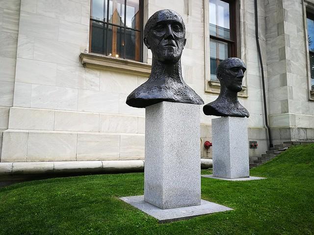 Elisabeth Frink, « In memoriam I » et « In memoriam II », 1981