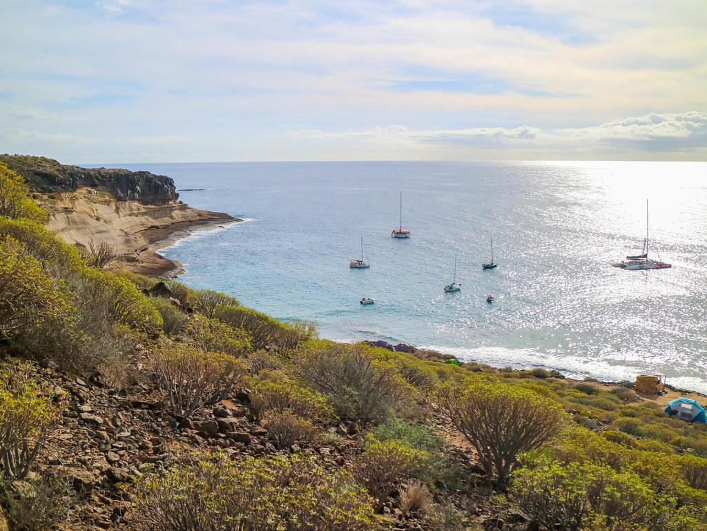 Barcos frente a la costa de la playa de Diego Hernández
