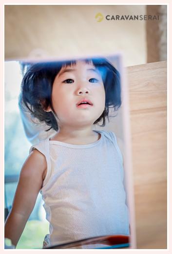 七五三 お支度(ヘアセット・着付け)シーンをご自宅で撮影 鏡に映る女の子の顔