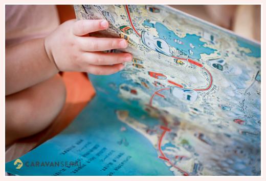 絵本を眺める小さな女の子の手