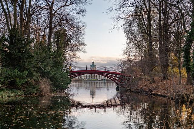Berlin: Schlosspark Charlottenburg: Karpfenteich mit der gusseisernen roten Brücke und am anderen Ende dem Schloss - Berlin, Charlottenburg Palace Park: View of the Carp Pond with the cast iron red bridge and at its end Charlottenburg Palace