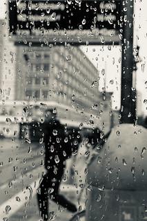 Tropfen tropfen an die Fenster, klopfen klopfen wie Gespenster…