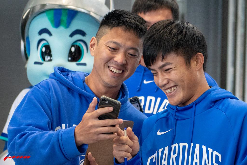 林宥穎(左)、李宗賢出席「悍將希望公益棒球營」。(王啟恩/現場拍攝)