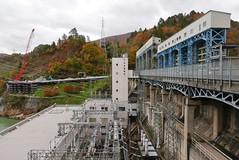 本名ダム(発電所) 奥の重機は只見線復旧工事用