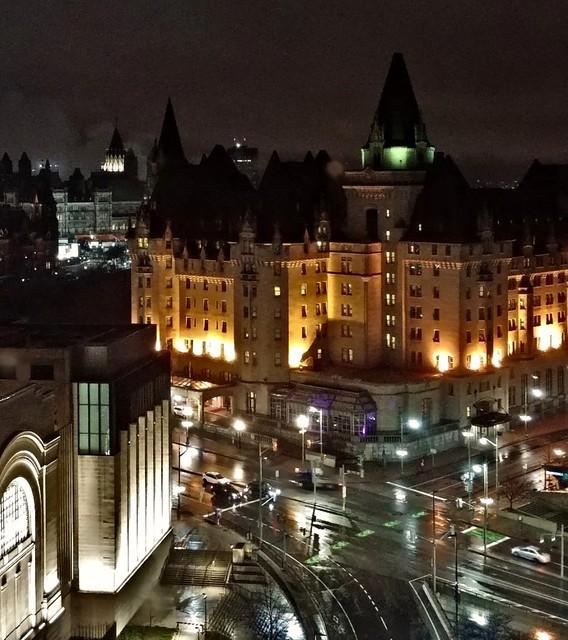 Ottawa la nuit. Au loin le chateau Laurier.