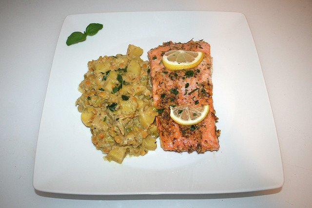 42 - Honey garlic glazed salmon with leek lentil vegetables - Served / Lachs mit Honig-Knoblauch-Glasur an Lauch-Linsen-Gemüse - Serviert