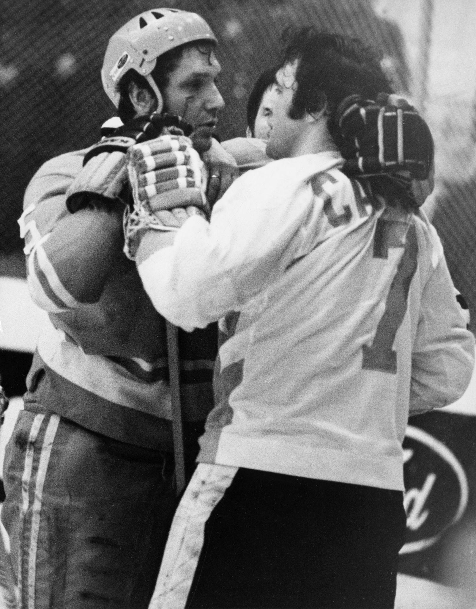 1972. Александр Рагулин (слева) из советской хоккейной команды лицом к лицу с Филом Эспозито из канадской команды во время игры на центральном стадионе имени Ленина в Москве, 26 сентября