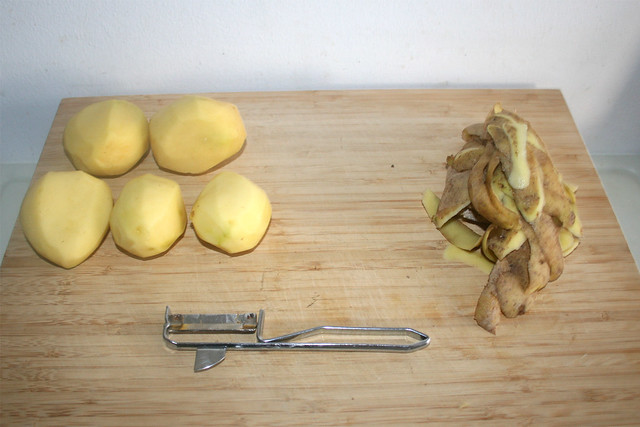 12 - Kartoffeln schälen / Peel potatoes