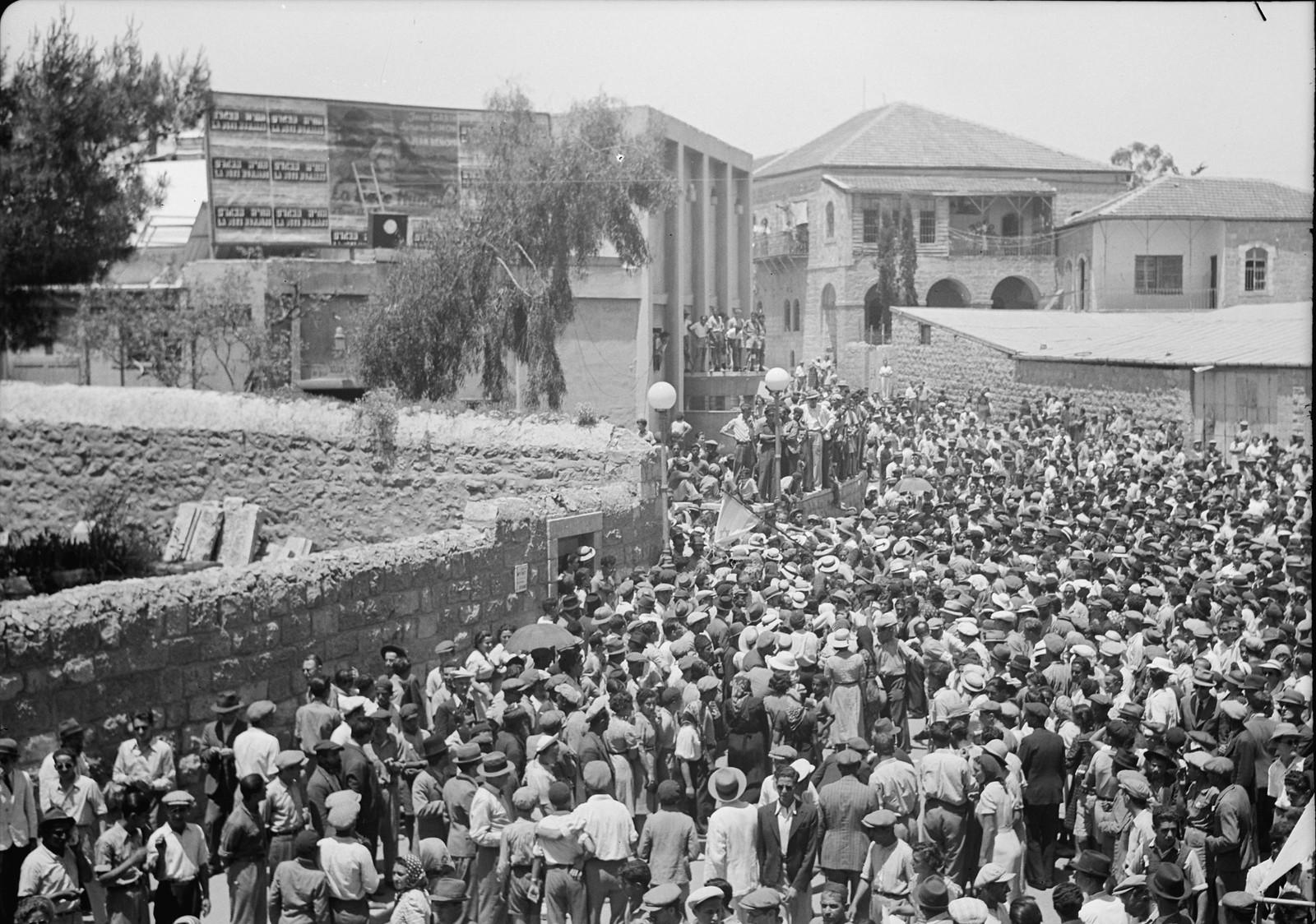 14. Многолюдная толпа возле кинотеатра «Эдсен», слушает выступление г-на Бен-Цви
