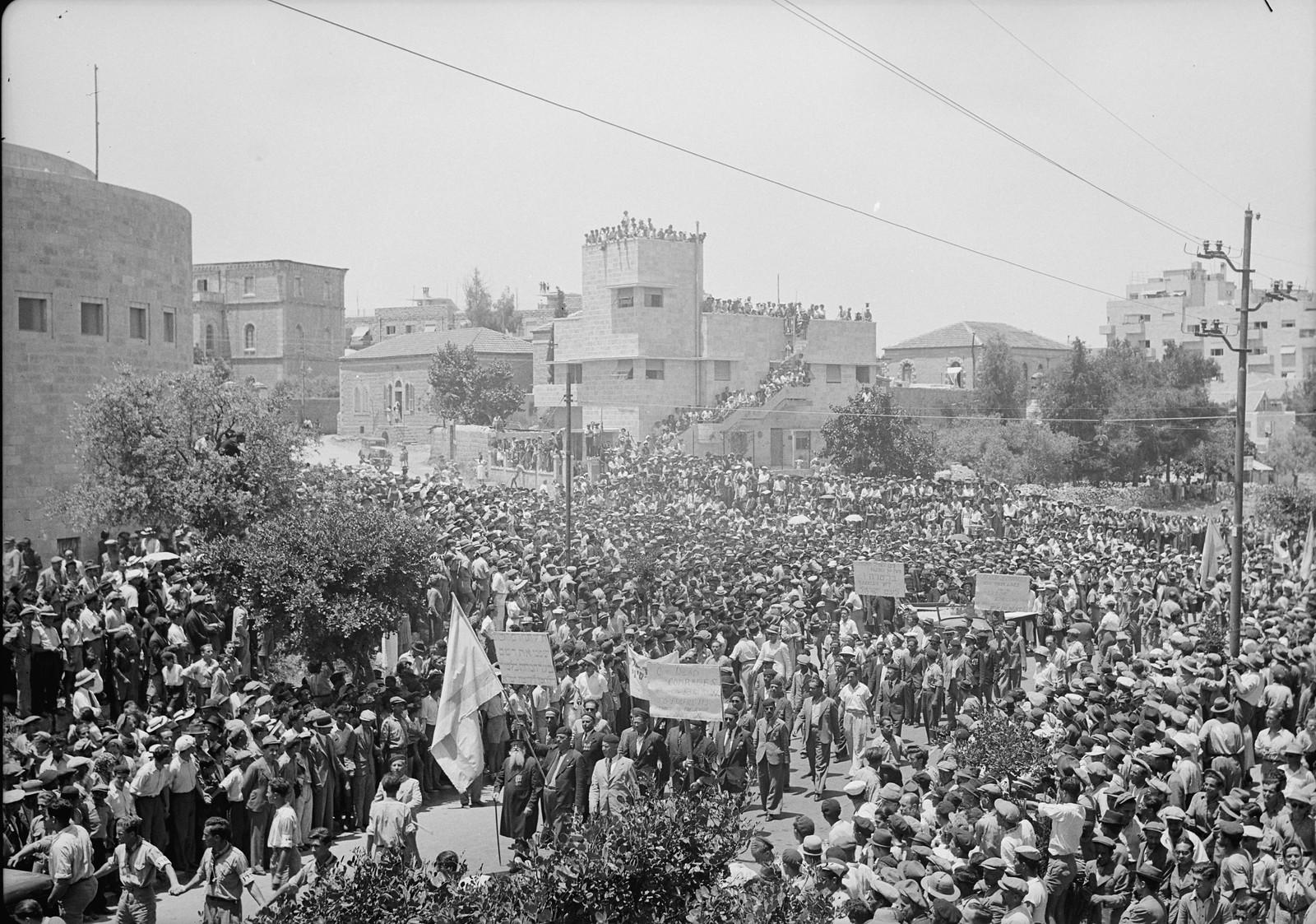 12. Демонстрация у синагоги Йешурун на улице Кинг Джордж