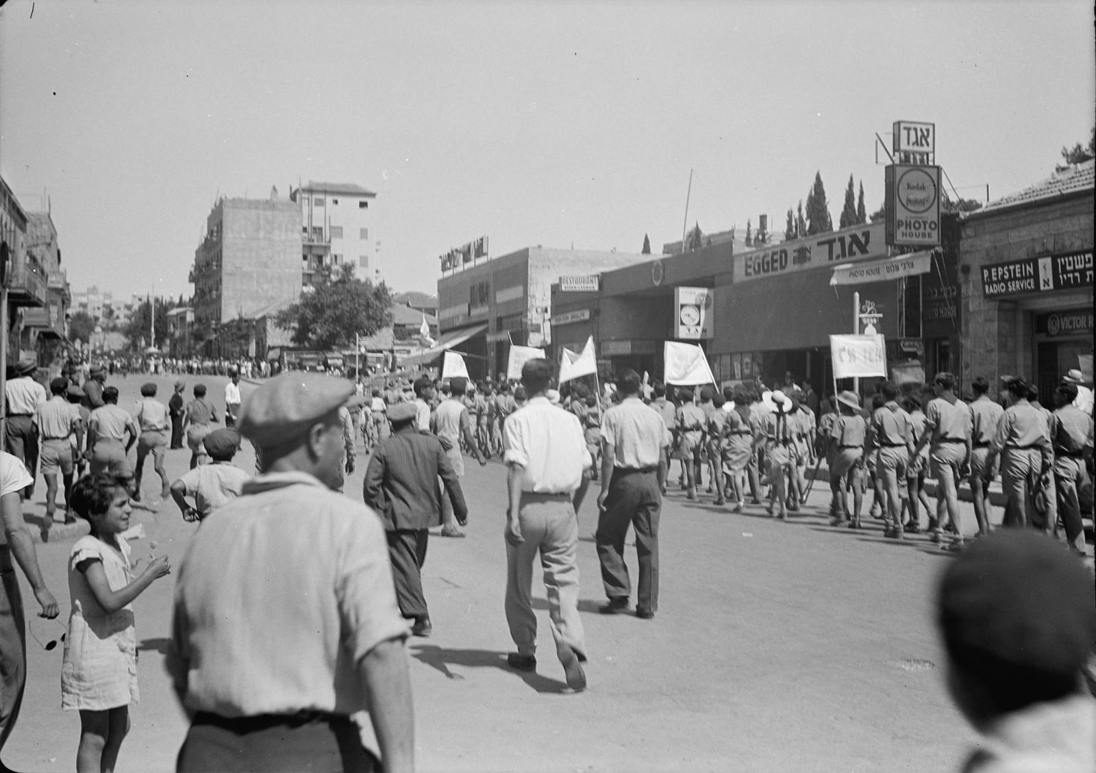 06. Юноши и девушки во время демонстрации на улице Кинг Джордж
