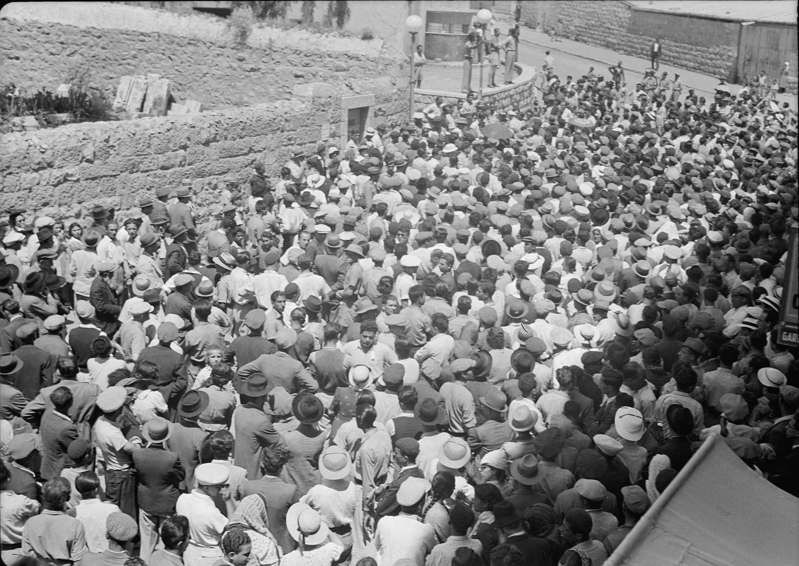 16. Многолюдная толпа возле кинотеатра «Эдсен», слышает выступление г-на Бен-Цви