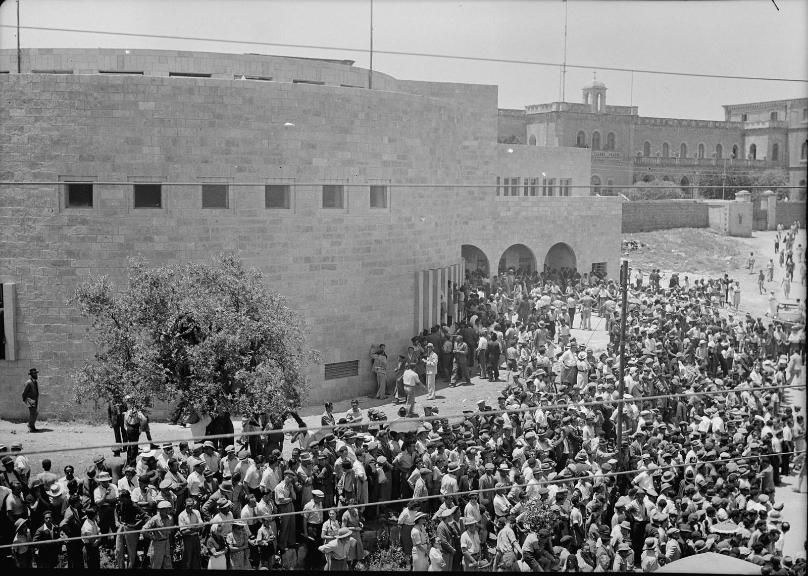 13. Толпа покидает синагогу Йешурун