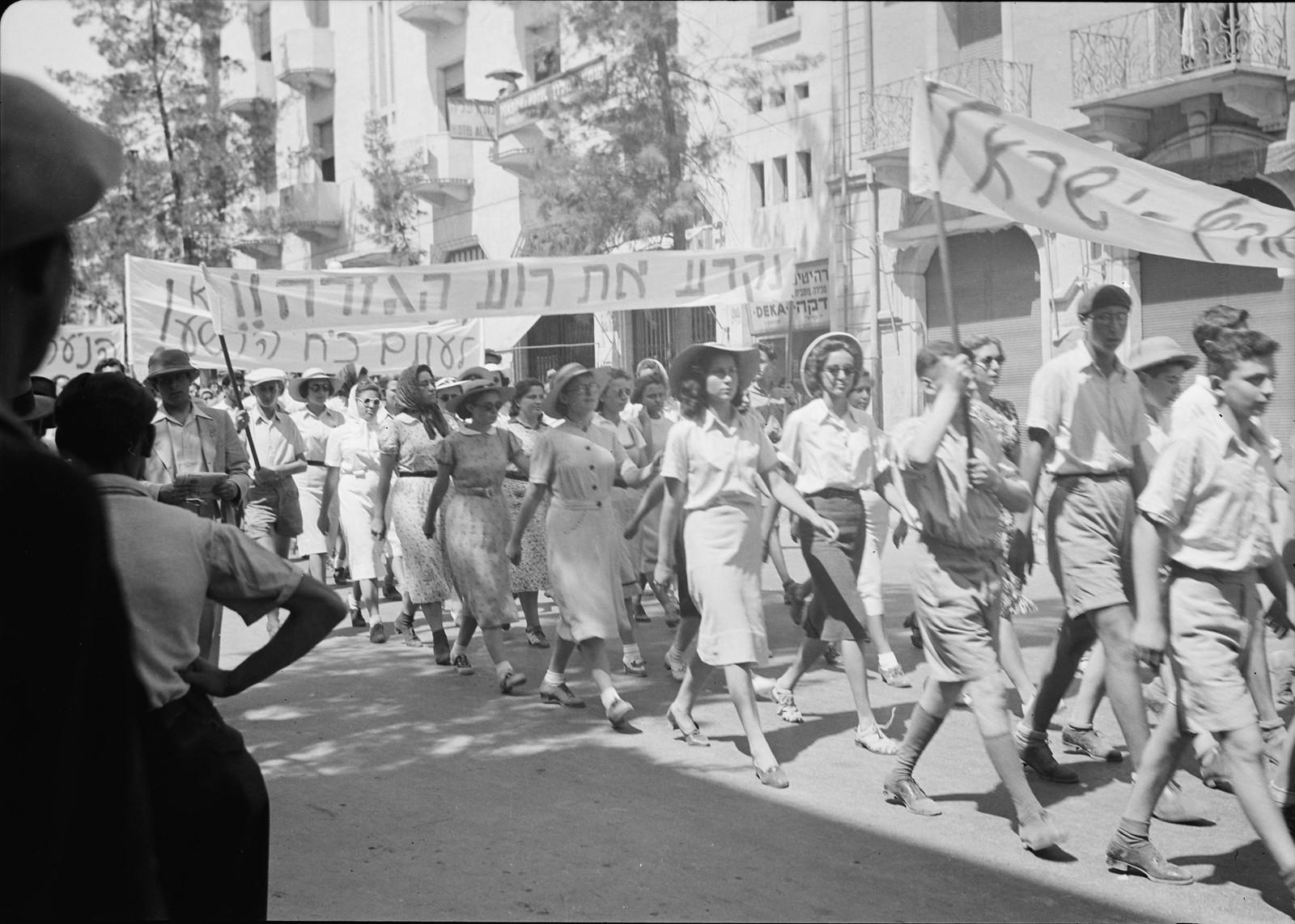 04. Юноши и девушки во время демонстрации на улице Кинг Джордж рга