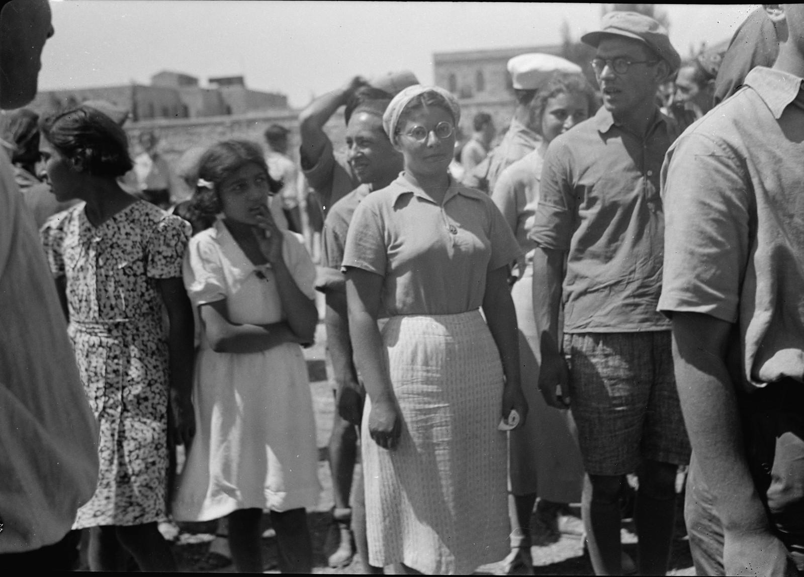 02. Юноши и девушки во время демонстрации на улице Кинг Джордж