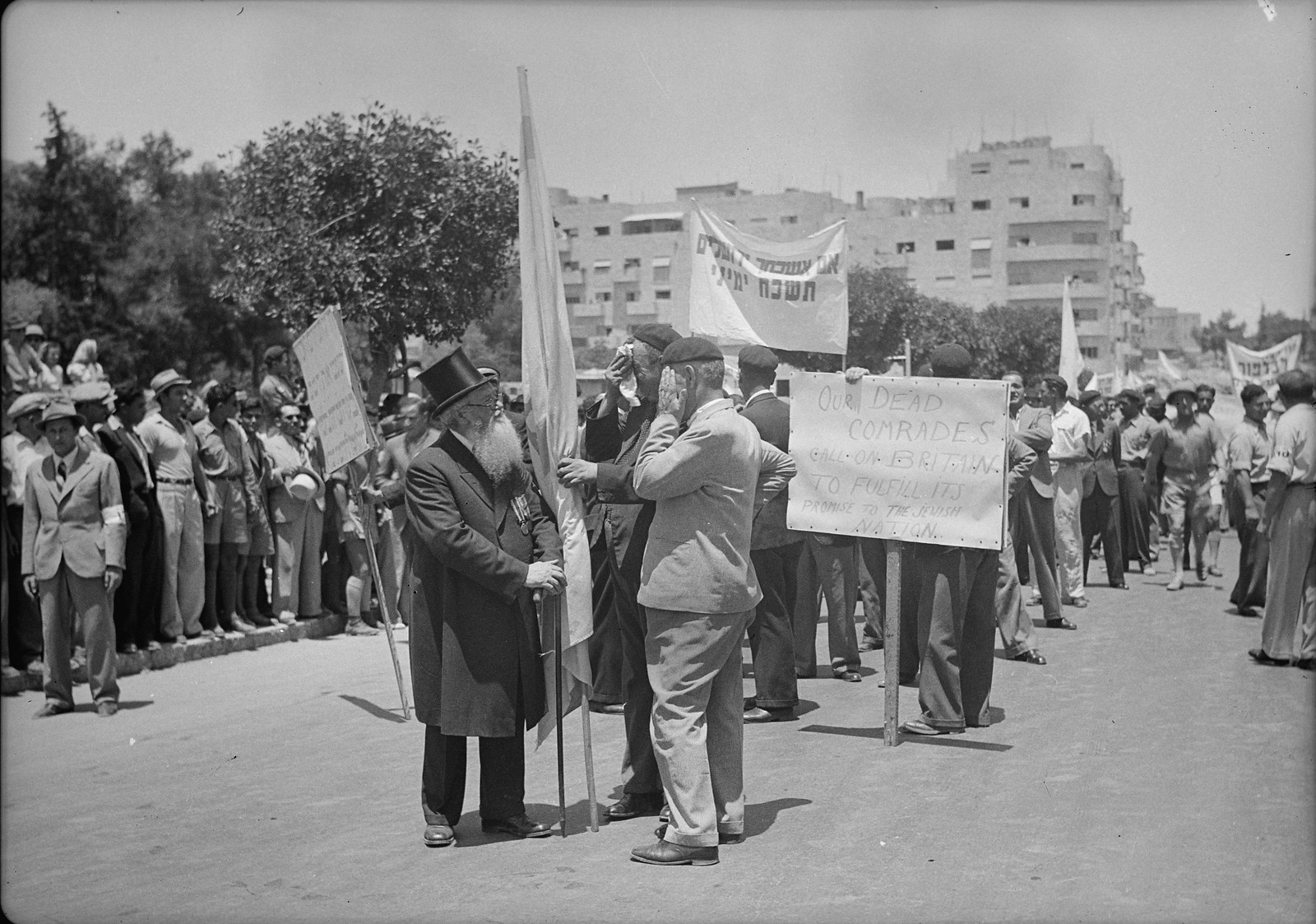 18. Легионеры - ветераны Еврейского легиона со своим ветераном-равином во время демонстрации на улице Кинг Джорджа