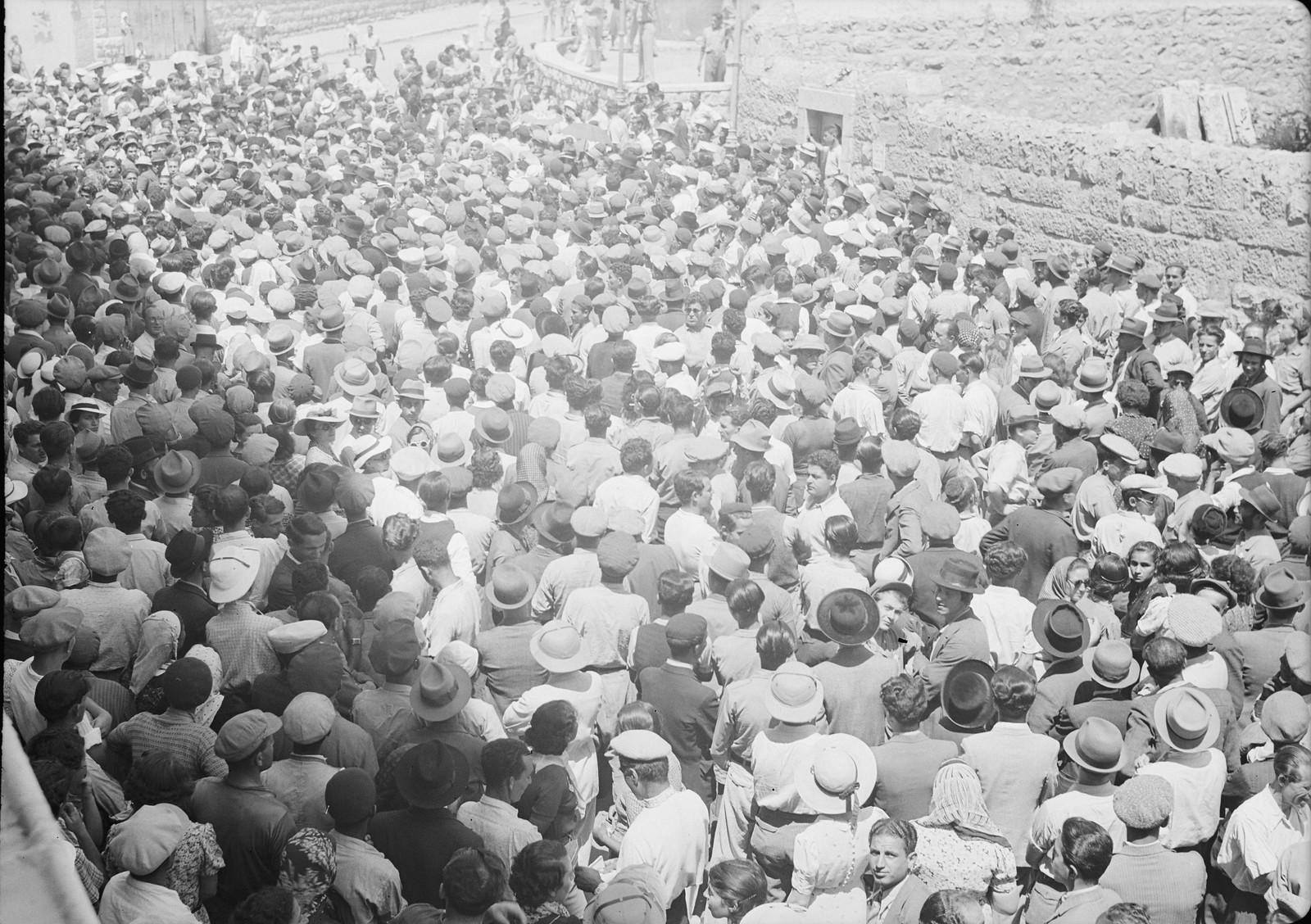 17. Многолюдная толпа возле кинотеатра «Эдсен», слышает выступление г-на Бен-Цви