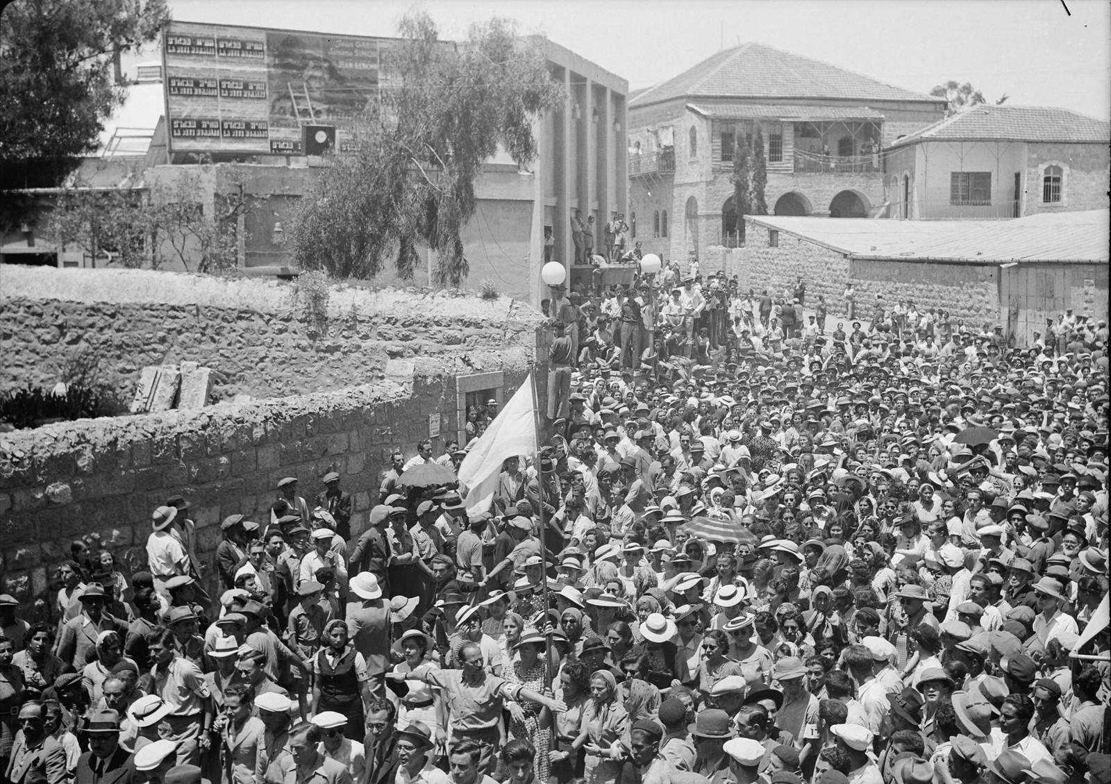15. Многолюдная толпа возле кинотеатра «Эдсен», слышает выступление г-на Бен-Цви
