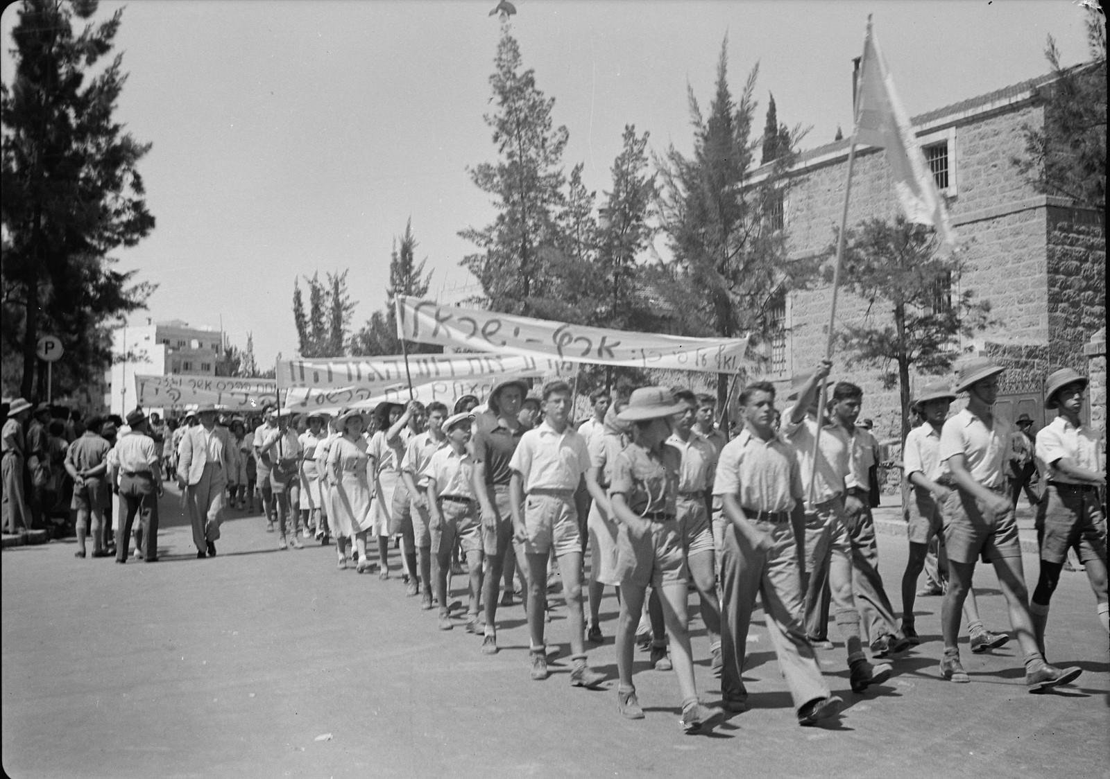 07. Юноши и девушки во время демонстрации на улице Кинг Джордж