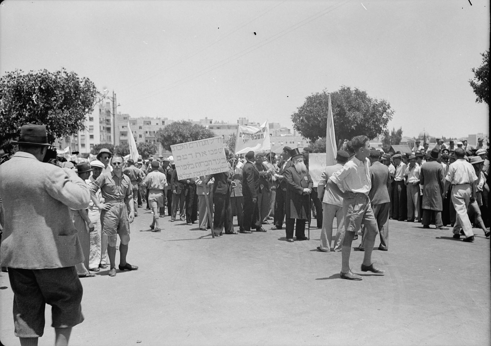 05. Юноши и девушки во время демонстрации на улице Кинг Джордж
