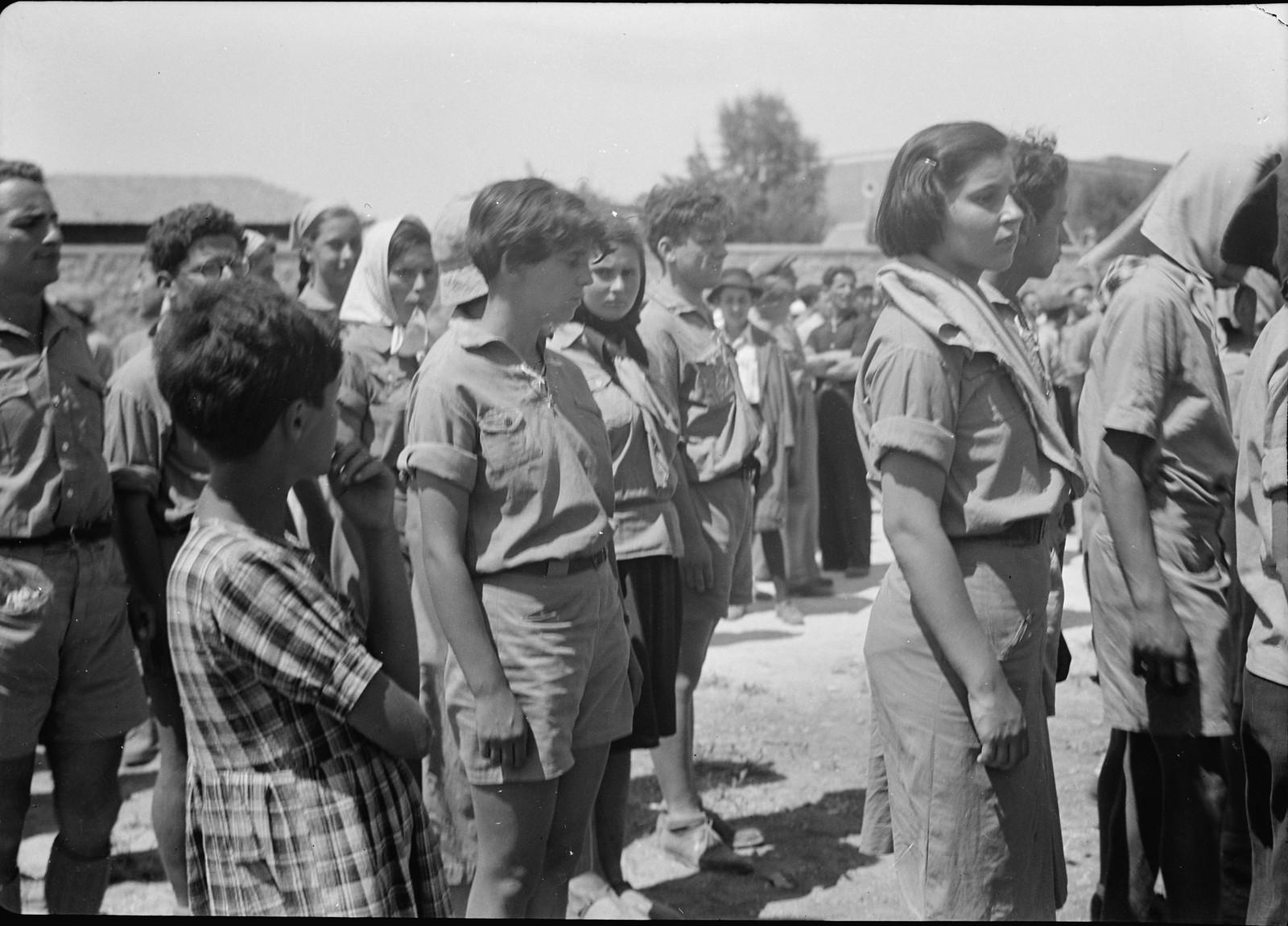 03. Юноши и девушки во время демонстрации на улице Кинг Джордж