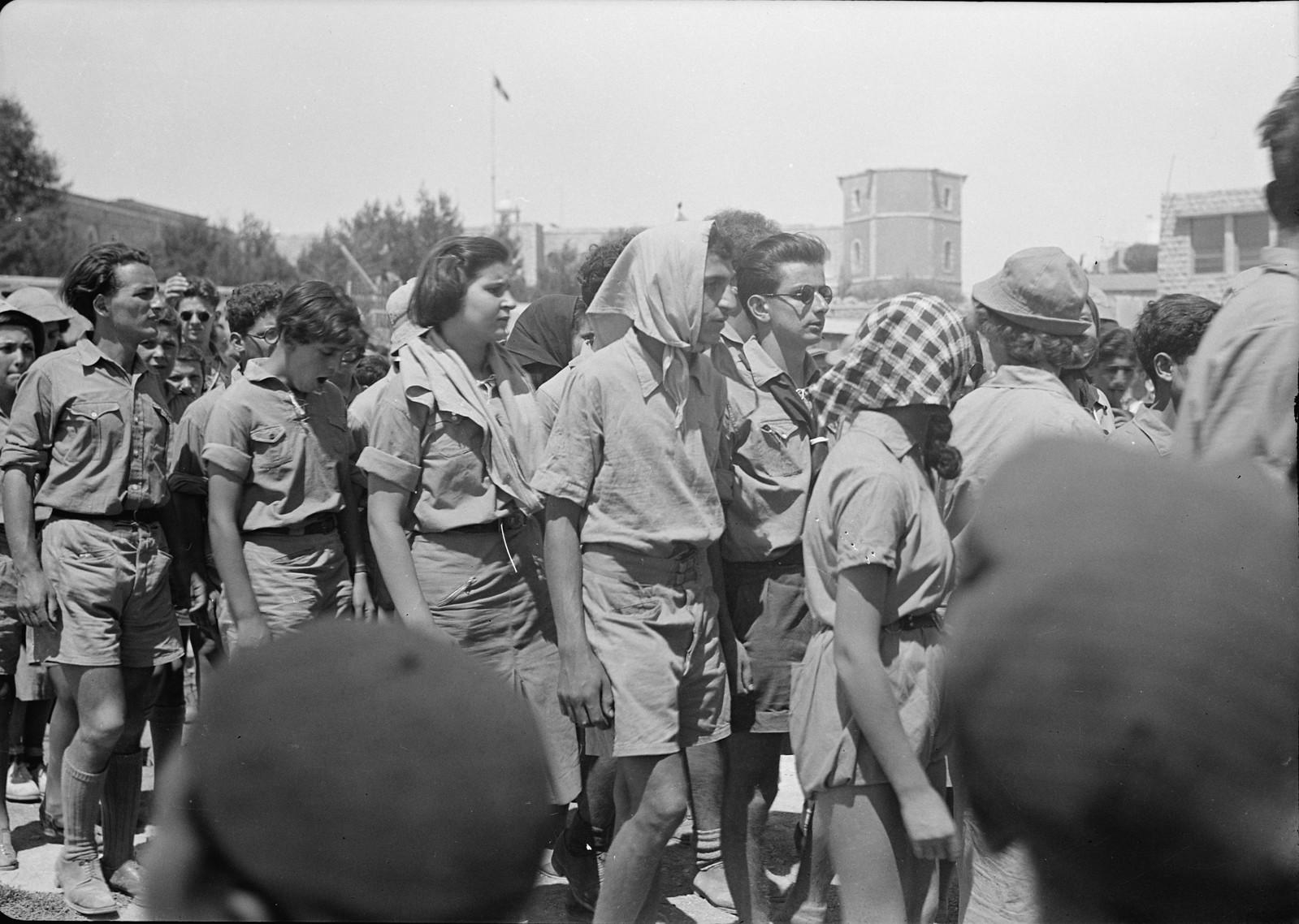 03. Юноши и девушки во время демонстрации на улице Кинг Джордж (2)