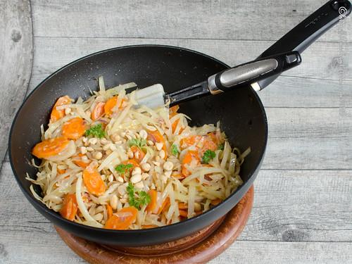 Asiatische Weißkohl-Möhren-Pfanne mit Kokosmilch und Erdnüssen (2)