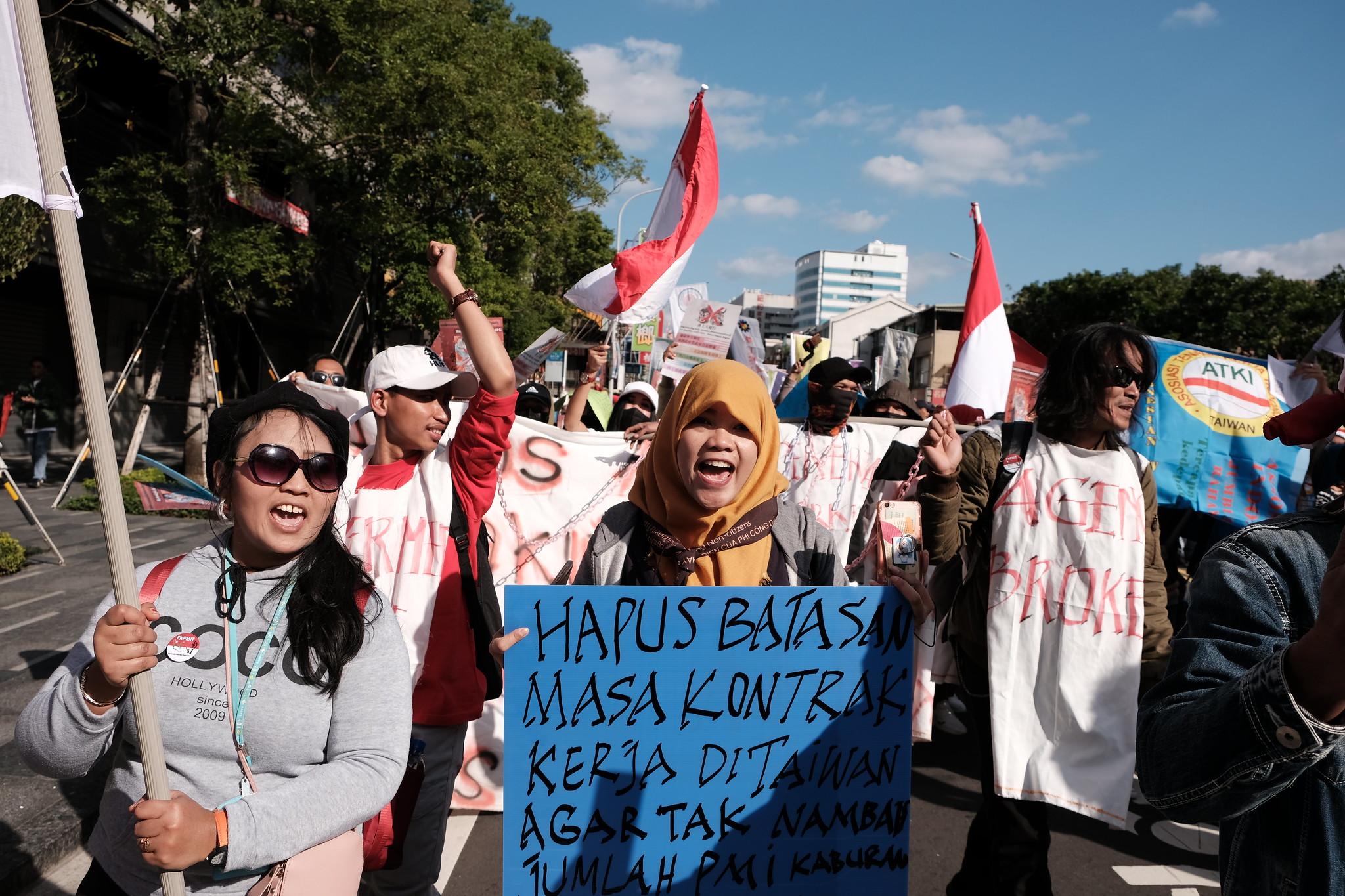遊行隊伍從國民黨黨部出發,行經民進黨黨部,結束於勞動部。(攝影:唐佐欣)
