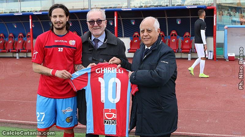 Il presidente Ghirelli riceve in omaggio la maglia rossazzurra da capitan Biagianti