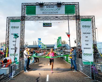 Nixon-Fernandes---Winnaar-DSW-Bruggenloop-Rotterdam-2019_Luka-de-Kruijf