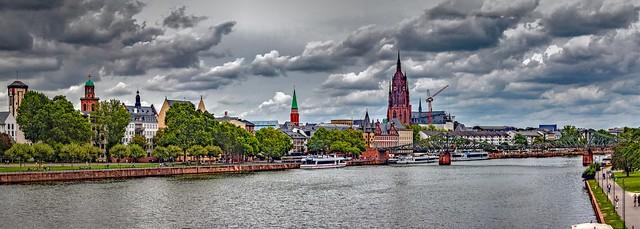 Blick von der Untermainbrücke auf die Altstadt und den Eisernen Steg in Frankfurt