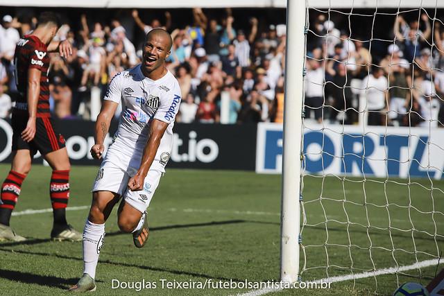 Carlos Sanchéz, meia do Santos, comemora segundo gol do time na partida diante do Flamengo, disputada na Vila Belmiro, na tarde de sábado (8 de agosto), e vencida pelo Peixe por 4 a 0. O jogo foi válido pela última rodada do Brasileirão de 2019