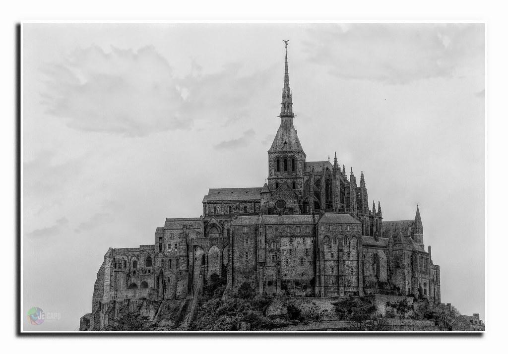 Un reliquat de Babel. Voilà ce qu'était le Mont-Saint-Michel. Un doigt fier pointé vers les cieux. ...