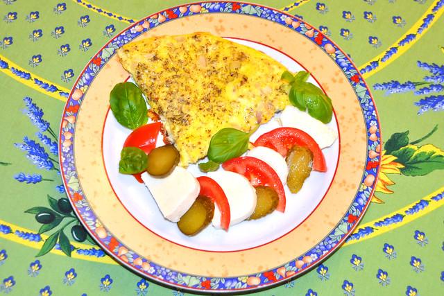 Kräuter-Omelett mit Insalata Caprese (Mozzarella, Tomaten, Basilikum) ... Foto: Brigitte Stolle
