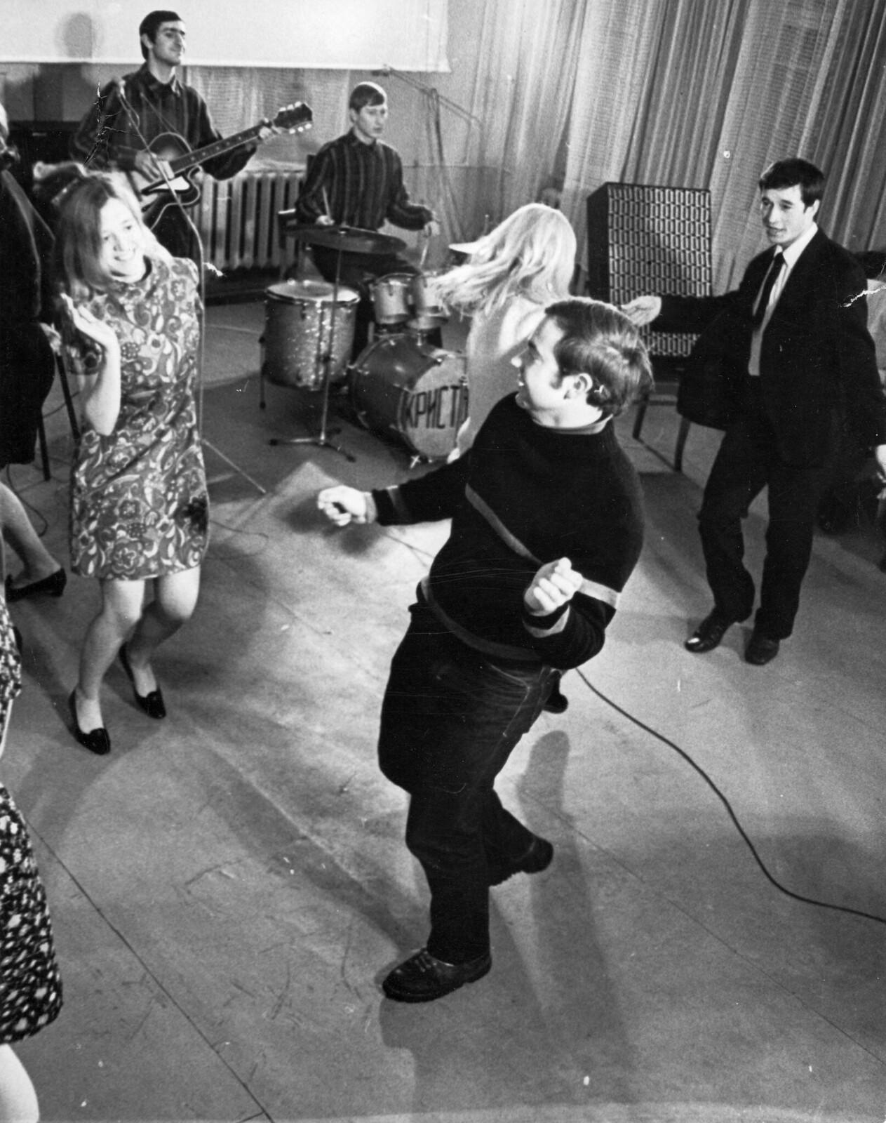 1970. Танцы под аккомпанемент «Хрусталя» - студенческого джазового ансамбля Московского технологического института пищевой промышленности, февраль