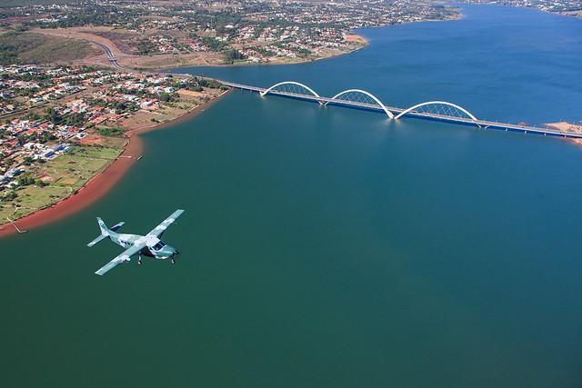 Assim como uma ponte que serve para integrar as pessoas que estão em suas extremidades, o avião C-98 Caravan da Força Aérea Brasileira cumpre a mesma missão: integrar.