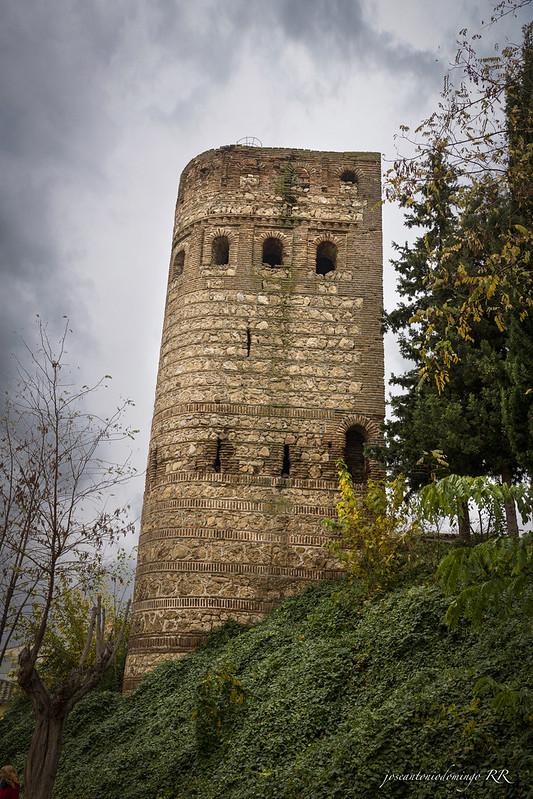 La Torre de la Vela (Maqueda). Del siglo XII. Resto de una antigua fortaleza. De planta curvilínea, está realizada  en mampostería y ladrillo.