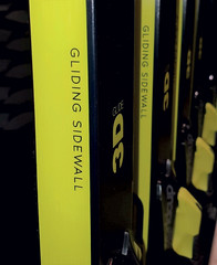Detail zářivě žlutých voskovatelných bočnic Gliding Sidewall, totožný na všech modelech Fischer Speedmax