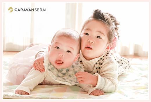 家族写真 床に寝転ぶ姉妹 子供写真 自宅へ出張撮影