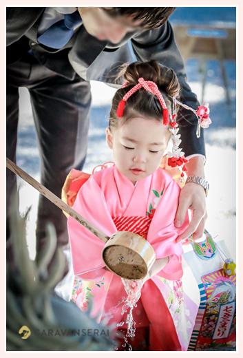 七五三 手水舎で手を清める3歳の女の子