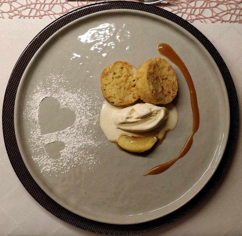 Süßer Serviettenknödel mit Vanilleeis und Apfel