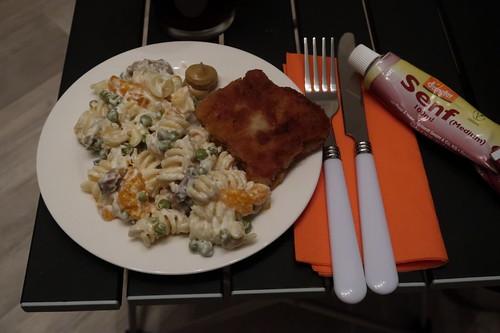 Nudelsalat mit Schnitzelchen und Senf (mein erster Teller)