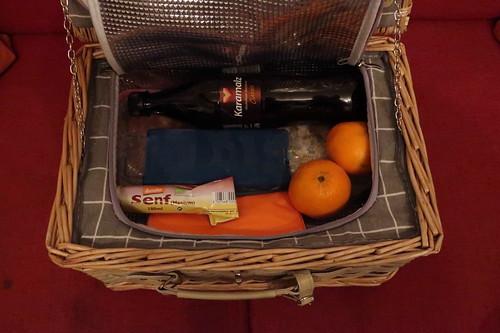 Picknickkorb gefüllt mit: Nudelsalat, Schnitzelchen, Senf, Karamalz und Mandarinchen)